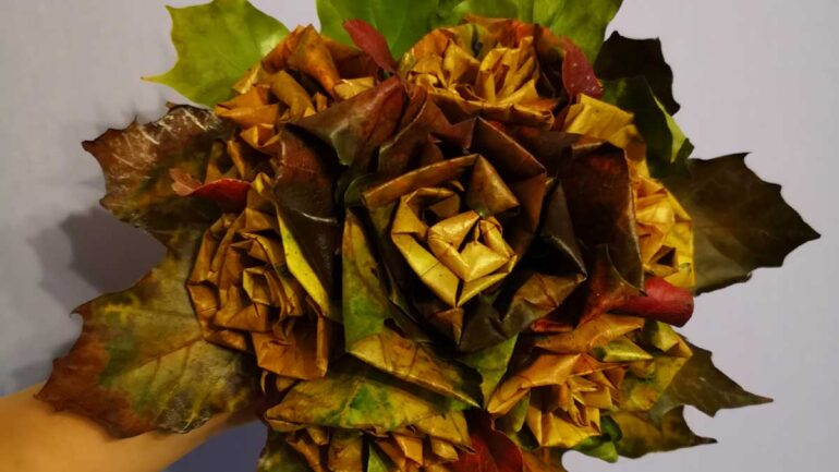 róże z klonu w bukiecie